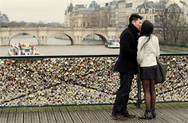 20161207-122045-love_locks_couple_600x393-1